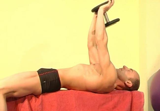 Упражнение для мышц груди - пулловер с гантелью