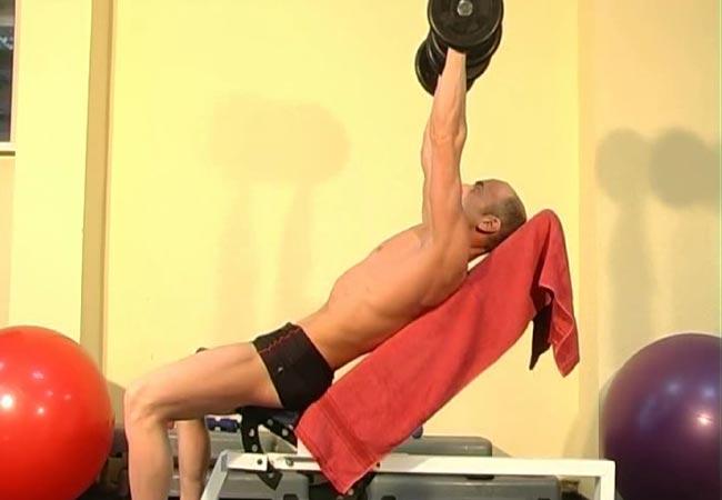 Упражнение наклонный жим гантелей для мышц груди.