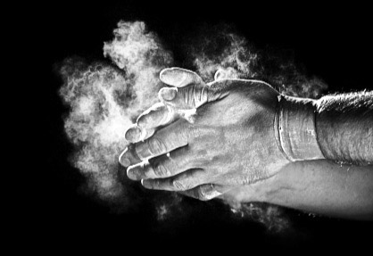 Нанеси на руки мел или магнезию