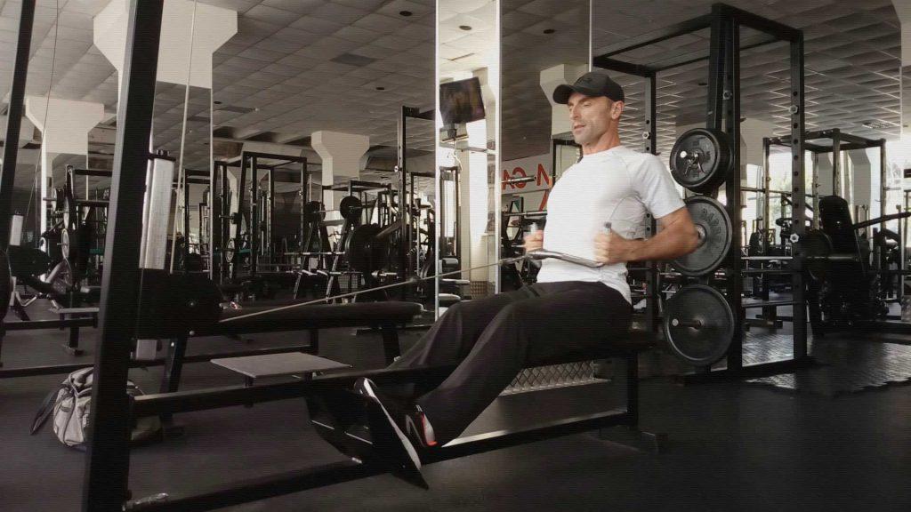 Горизонтальная тяга в тренажере для широчайших мышц