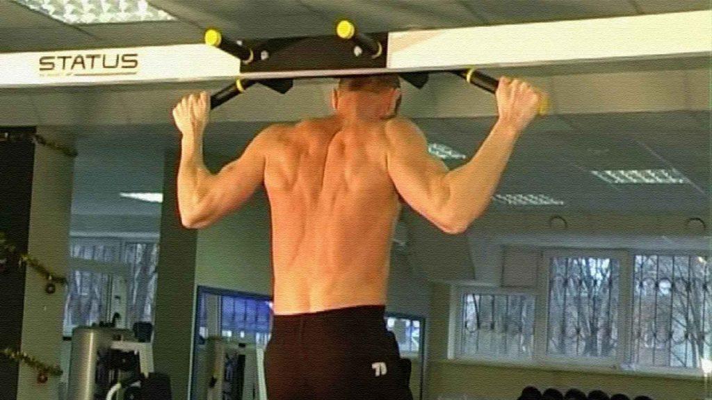 Подтягивания широким хватом за голову. Упражнение для широчайших мышц.