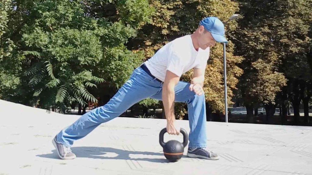 Тяга гири в выпаде для широчайших мышц