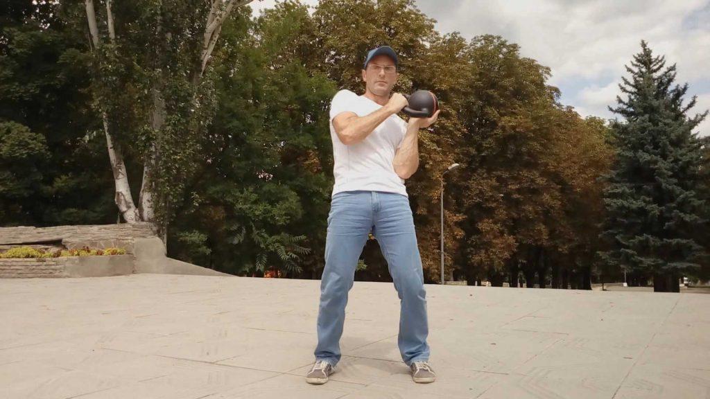 Упражнение с гирей заброс на ладонь
