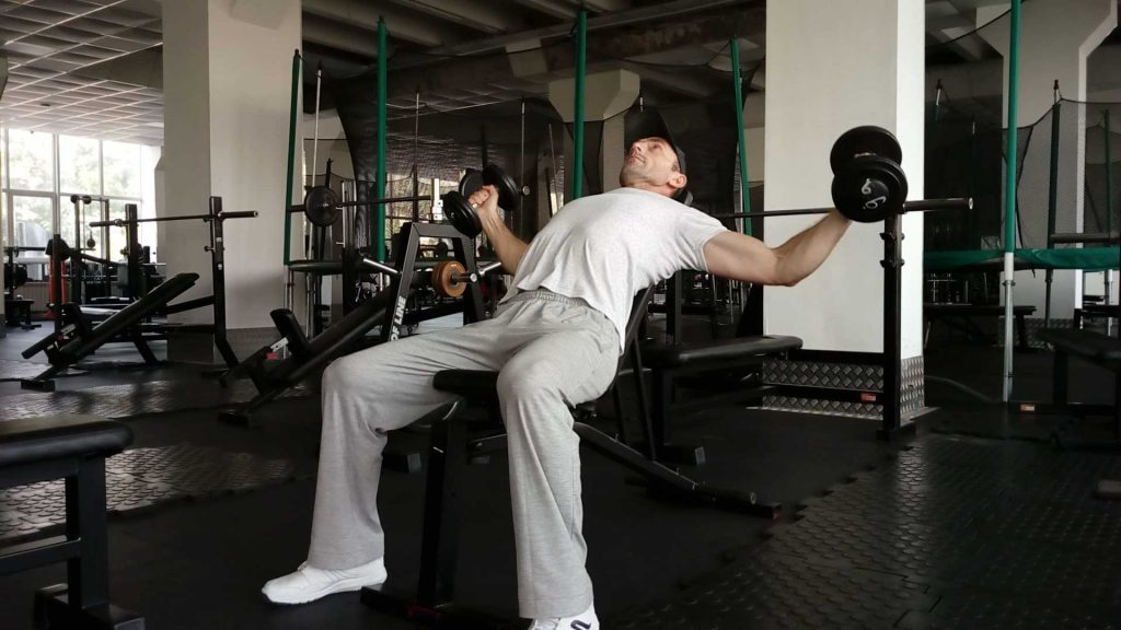 Как накачать грудные мышцы. Разводка гантелей лежа на наклонной скамье