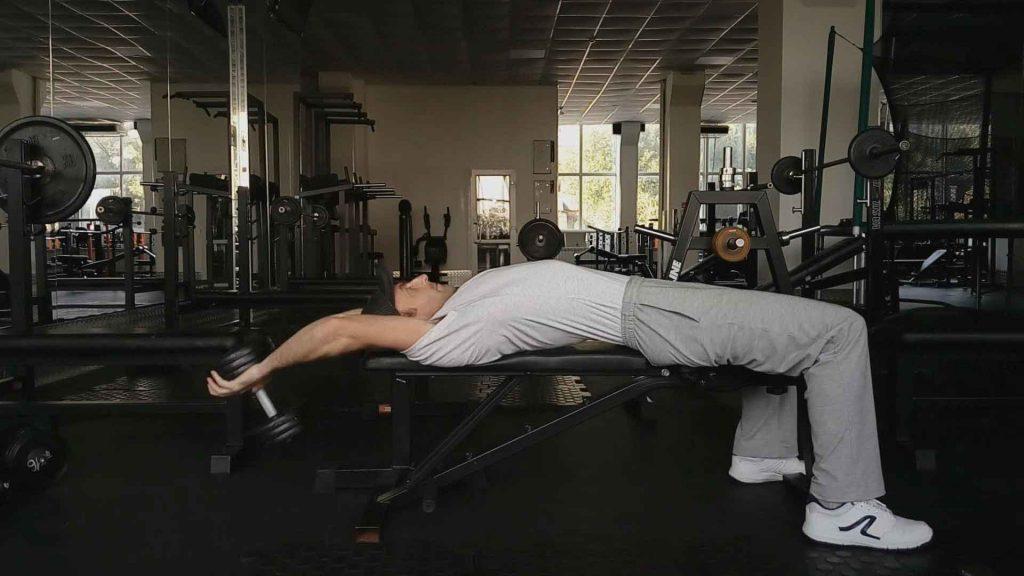 Как накачать грудные мышцы. Пулл-овер с гантелью