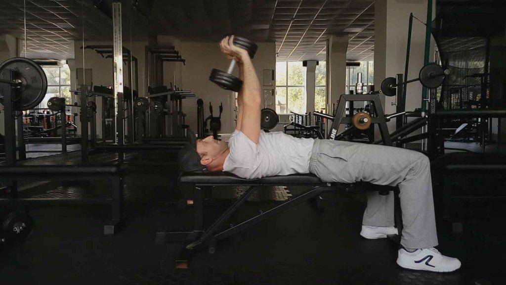 Как накачать грудные мышцы. Упражнение пулл-овер с гантелью