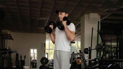 Упражнение молот для бицепсов с гантелями