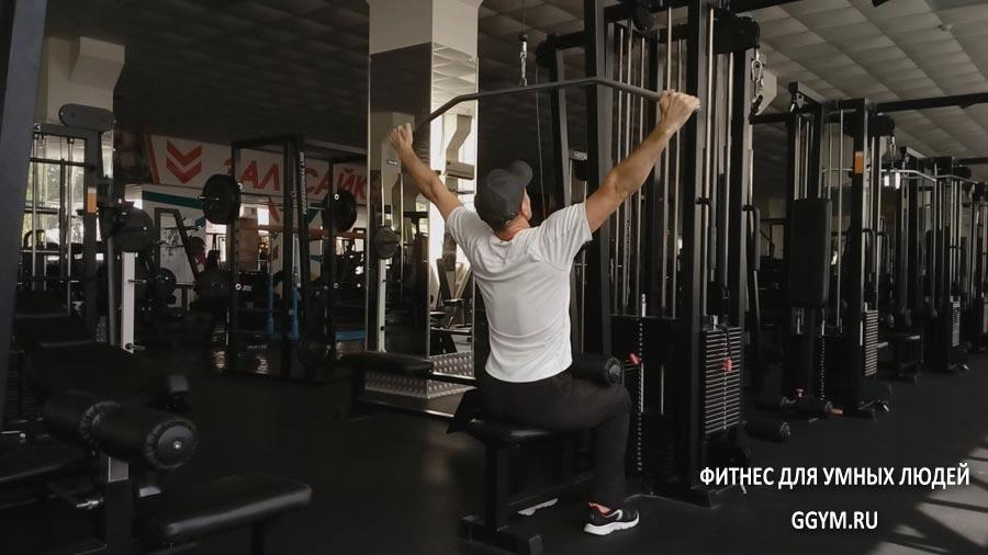 Вертикальная тяга широким хватом к груди