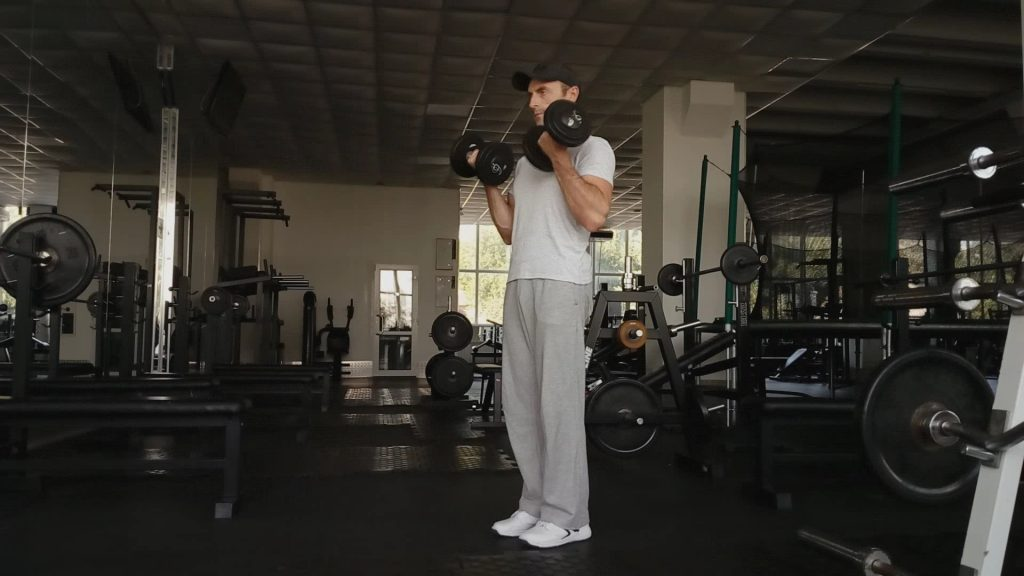 Упражнения с гантелями для бицепсов. Сгибания рук стоя с супинацией