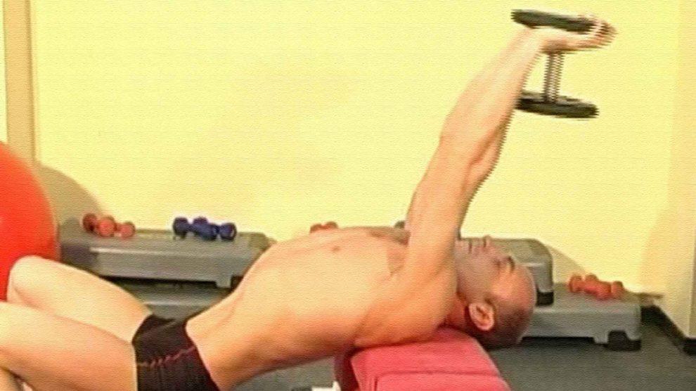 Упражнение пулл-овер с гантелью поперек скамьи