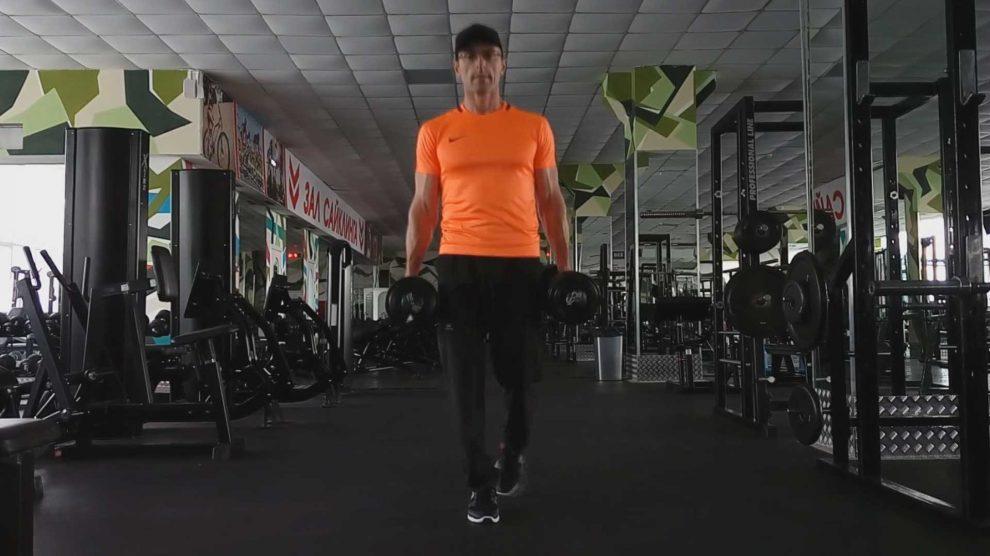 Ходьба на носках с гантелями в руках для развития мышц голени