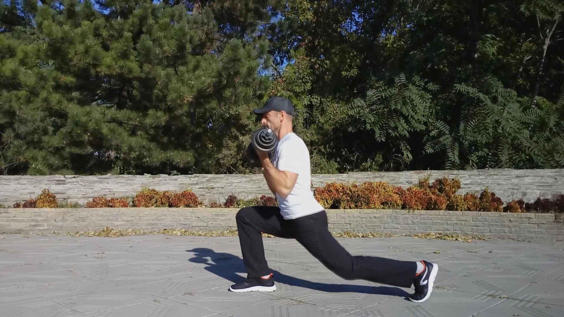Упражнение для похудения. Выпады назад со сгибанием рук с гантелями