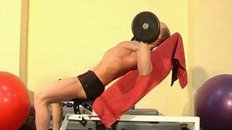 Упражнения с гантелями для мышц груди
