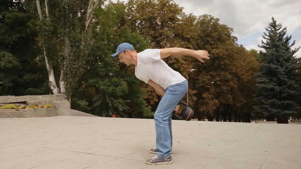 Упражнение с гирей: заброс на ладонь.