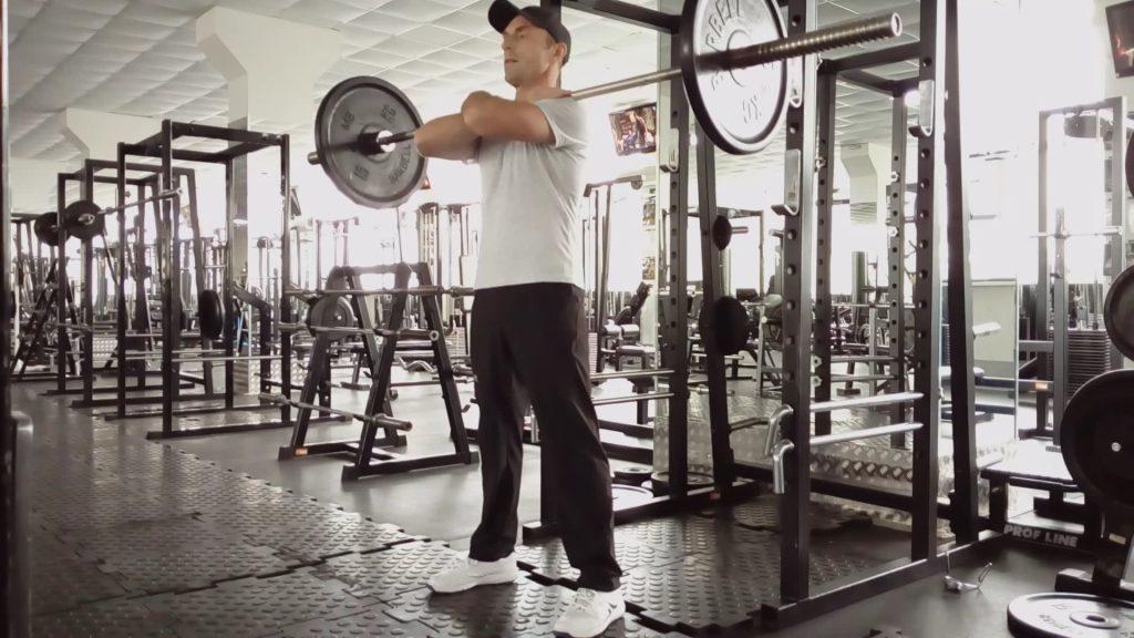 Приседания со штангой на груди. Силовые упражнения.