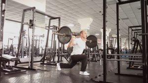 Выпады назад со штангой на плечах. Силовые упражнения.