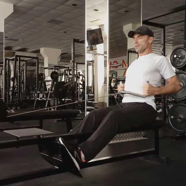 Упражнения для спины. Горизонтальная тяга в тренажере.