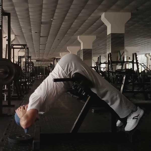 Упражнение для мышц спины - гиперэкстензия в тренажере