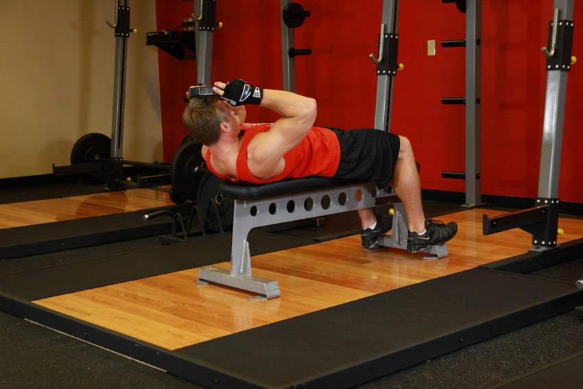 Упражнение для шеи - подъемы головы лежа лицом вверх.