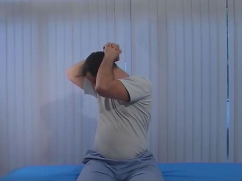 Растяжка задних мышц шеи наискосок