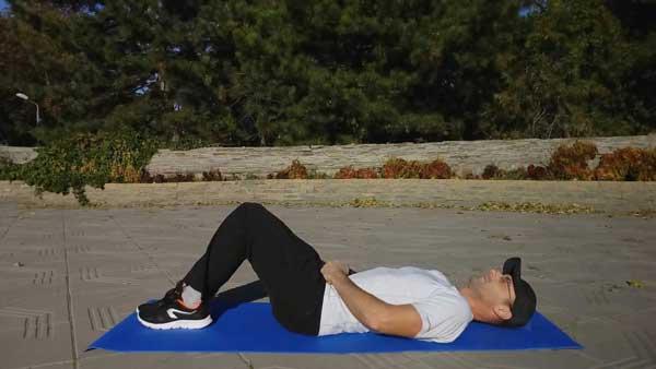 Упражнение для спины и ягодиц - ягодичный мостик