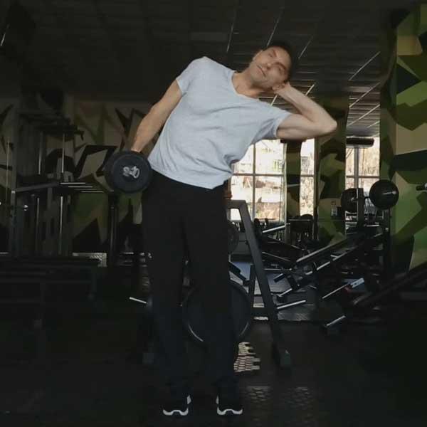 Упражнение наклоны в стороны с гантелью