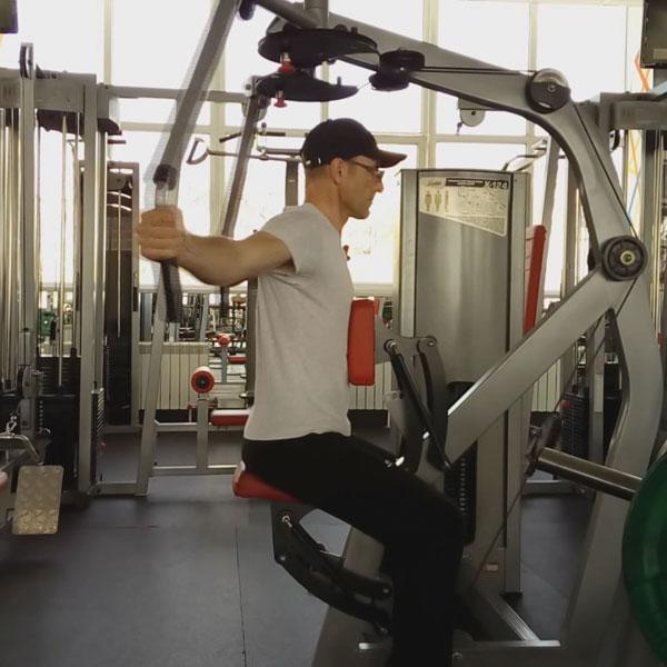 Упражнения на тренажерах. Отведение рук назад.