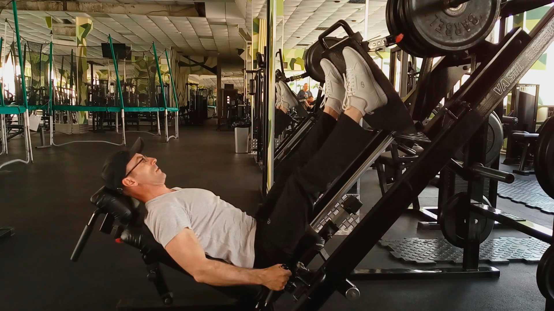 Упражнения на тренажерах. Жим ногами.